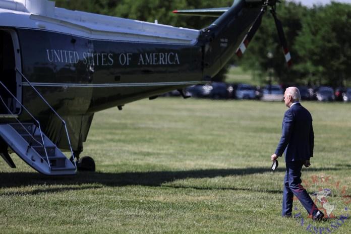 El presidente de EE.UU., Joe Biden abordando avion