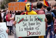 """Manifestantes marchan por las calles durante una nueva jornada de protestas por un nuevo """"paro nacional"""" convocado por los sindicatos y organizaciones sociales, que desde el pasado miércoles movilizan a miles de personas en todo el país, hoy en Bogotá"""