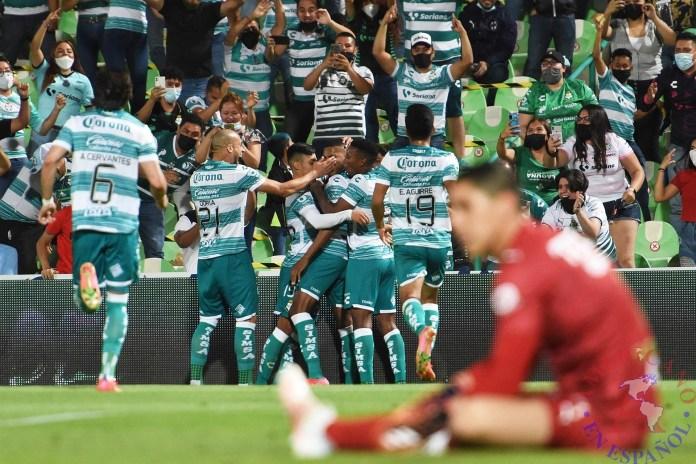 Jugadores de Santos festejando un gol