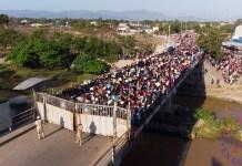 Miles de haitianos esperan en el puente sobre el Río Masacre, frontera natural entre República Dominicana y Haití, para poder ingresar a comercializar productos al mercado binacional que funciona entre la República Dominicana y Haití, este viernes en Dajabón