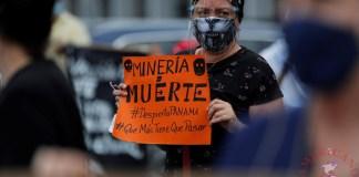 Un grupo de activistas ambientalistas protestan hoy frente al Ministerio de Comercio e Industrias de Panamá