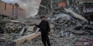 Hombre frente a escombros