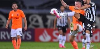 Júnior Osmar Ignacio Alonso Mujica (d), defensor del Atlético Mineiro, disputa el balón con Charlis José Ortiz, delantero de La Guaira