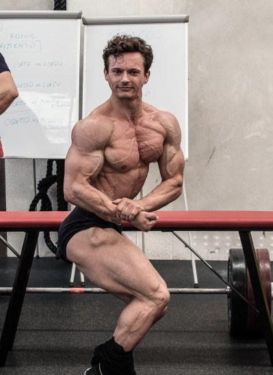 Posa di Natural bodybuilding espansione toracica