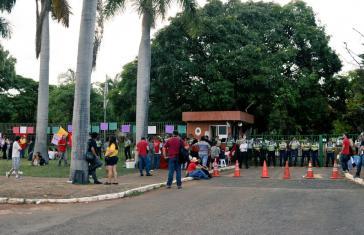 Militärpolizei vor der Botschaft nach dem Rückzug der Guaidó-Anhänger