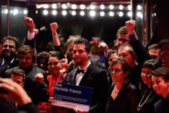 """Schauspieler und Regisseur Wagner Moura und die Filmcrew von """"Marighella"""" protestieren vor dem Berlinale-Palast für die Aufklärung des Mordes von Marielle Franco"""