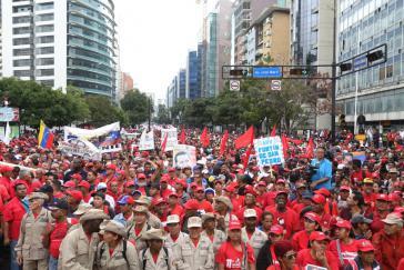 Chavistische Demonstranten auf dem Weg zum Präsidentenpalast Miraflores am 23. Januar, um gegen den laufen Putschversuch zu protestieren und ihre Unterstützung für Präsident Maduro kundzutun