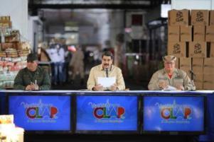 Venezuelas Präsident Maduro bei einem im TV übertragenen Treffen mit Verteidigungsminister Padrino Lopez (links) und dem Minister für Ernährung und Milizkommandant Tellería