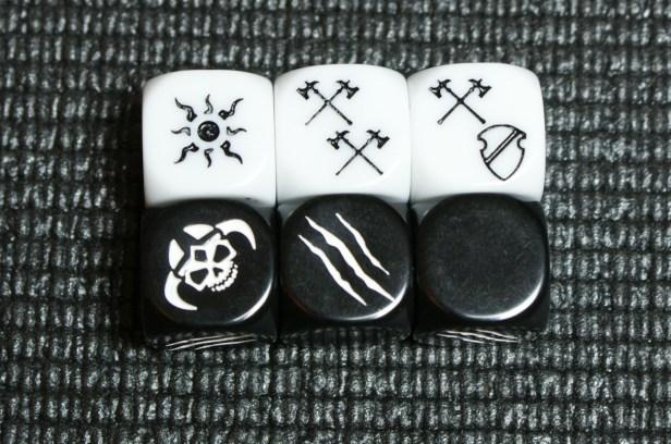 De dice in Warhammer Quest. De witte helden dobbelstenen en de zwarte vijanden dobbelstenen. Op de witte staan het symbool voor Critical Hits, Hits en een Hits/Defense resultaat. De rest is blanco. Zwarte dobbelstenen zijn voor de vijanden en hebben het Nemesis en Klauw symbool.