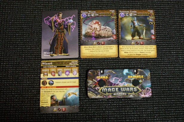 Het speelveld tijdens een potje Mage Wars Academy. In de bovenste rij een de creatures van de speler, met daarbij zijn reference kaart en tracker. Oplettende lezers valt op, het quick-cast fiche is hier weggelaten.