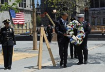 US President Barack Obama (C) lays a wre