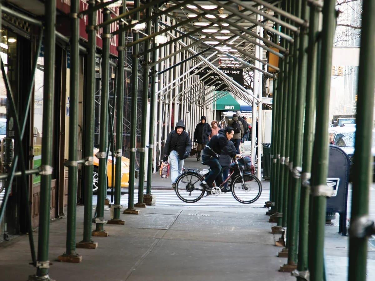 «Сарай для тротуара». Почему в Нью-Йорке везде строительные леса?