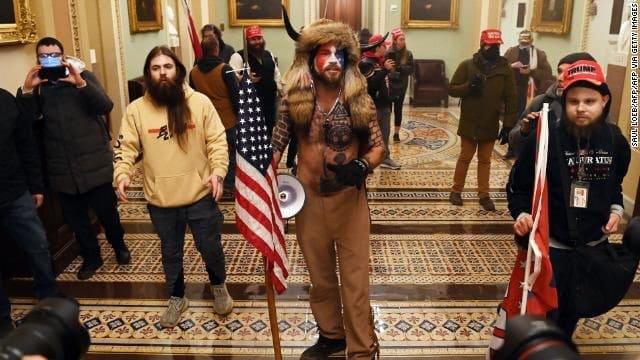 Американские стукачи продолжают сдавать патриотов штурмовавших Капитолий. Репрессии против «Гордых мальчиков» и «Хранителей клятвы»
