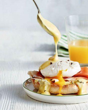 amfora-london-breakfast-in-bed-eggs-benedict