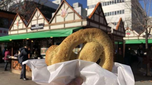 ミュンヘンクリスマス市のチーズプレッツェル