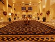 A hotel piciny aulája - Peti meditál