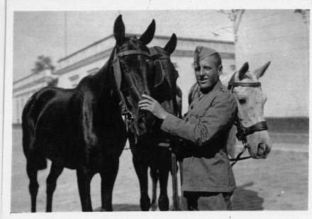 """Simó fent la """"Mili """" probablement a Melilla, 1940. Foto: Foto arxiu família Dot."""