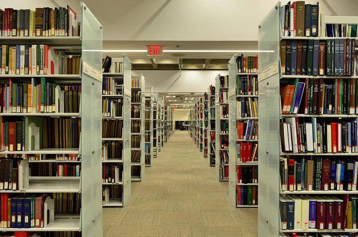 800px-OsgoodeHallLawSchoolLibrary2