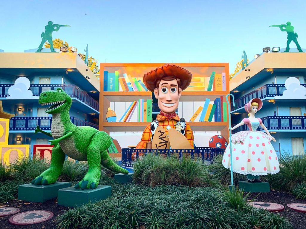 Imagem mostra a área externa do All Star Movies com o Woody gigante de Toy Story