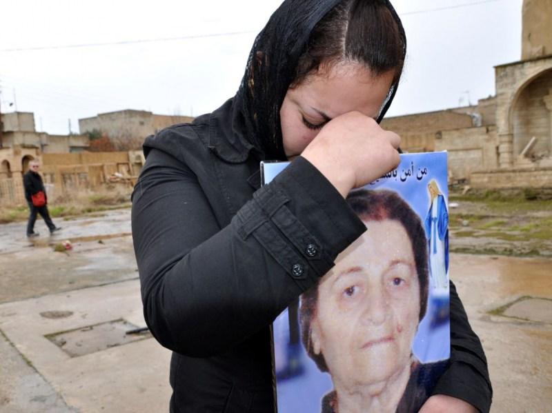 I cristinai profughi ad Erbil seppelliscono i loro defunti nel cimitero profanato del villaggio liberato di Qaramles DSC_0269