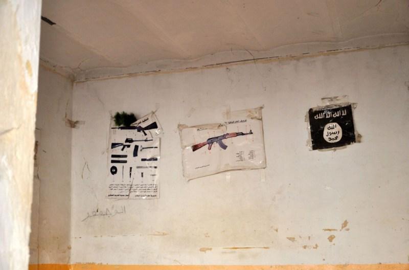 I simboli dello Stato islamico nella chiesa usata come base DSC_0532