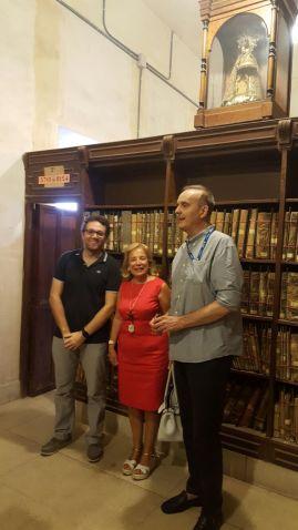 El Director del Patriarca. el bibliotecario del Archivo y la Presidenta de la Asociación