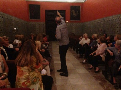 El Director del patriarca, Daniel Benito explicando los frescos de la Capilla de la Purísima