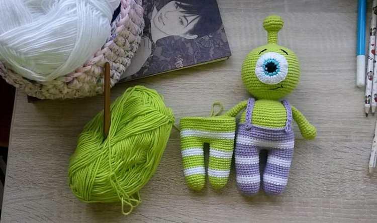 Little alien amigurumi pattern free
