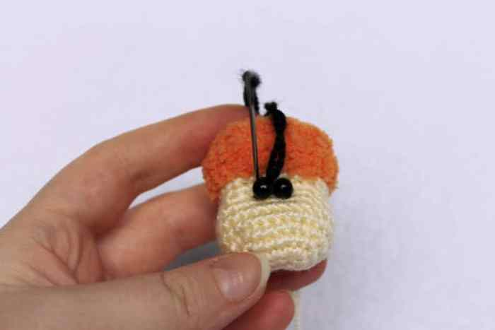 Amigurumi sheep keychain crochet pattern - eyes