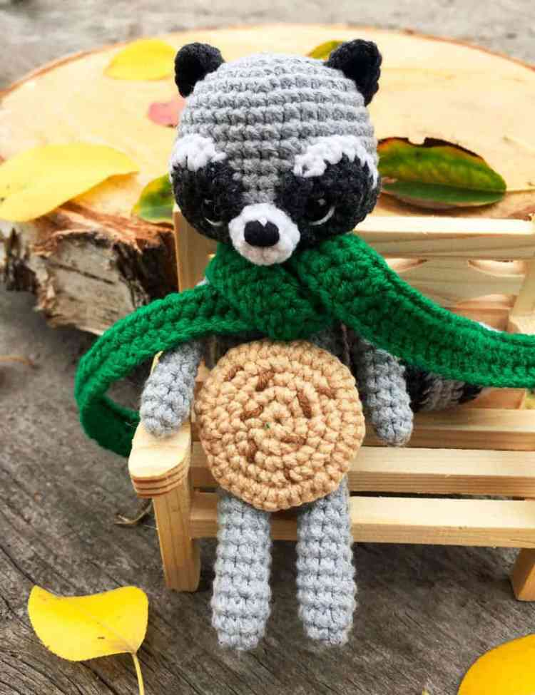 Crochet raccoon with scarf - free pattern