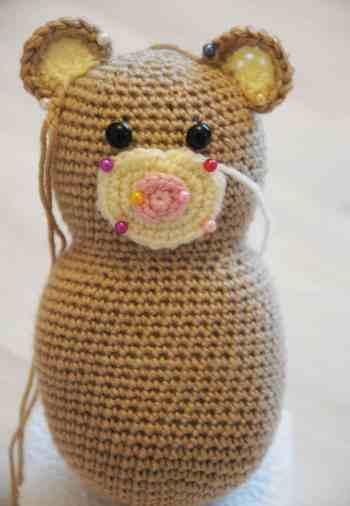 Teddy bear holding a heart - free amigurumi pattern