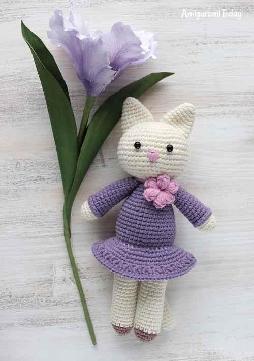 Amigurumi kitty in lilac dress - crochet pattern