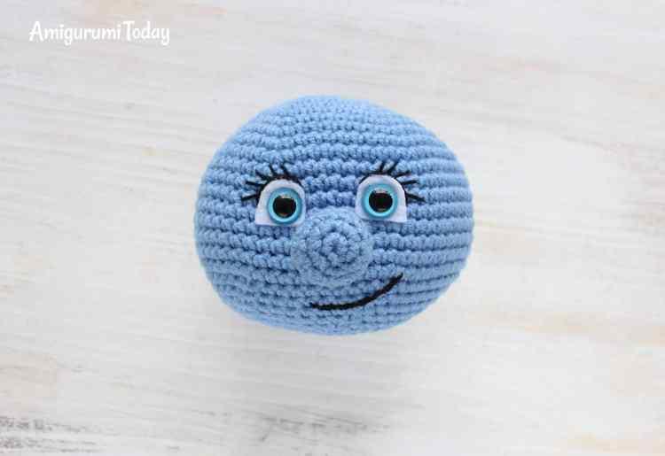 Smurfette crochet pattern - embroidering eyelashes