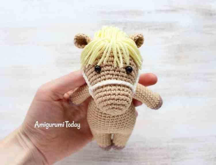 Cuddle Me Pony crochet pattern by Amigurumi Today