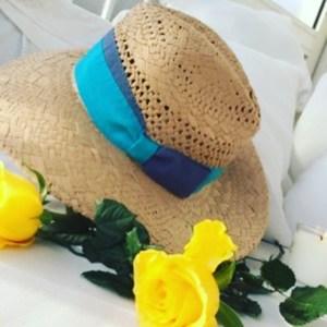 Superbe chapeau en paille naturelle et ruban turquoise