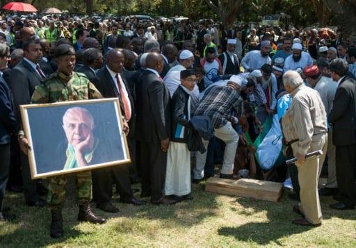 Le corps d'Ahmed Kathrada, héros anti-apartheid, est mis en terre dans le cimetière de Westpark, le 29 mars 2017 à Johannesburg   AFP   MUJAHID SAFODIEN