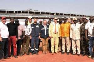 Une photo de famille du ministre des mines, de l'ambassadeur de la Russie et des travailleurs sur le site du projet Dian-Dian