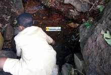 Un enfant en train de se procurer difficilement de l'eau à Telemelé