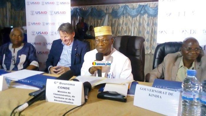 Boureima Condé, ministre de l'administration du territoire et et Denis Hankins, ambassadeur des États Unis en Guinée