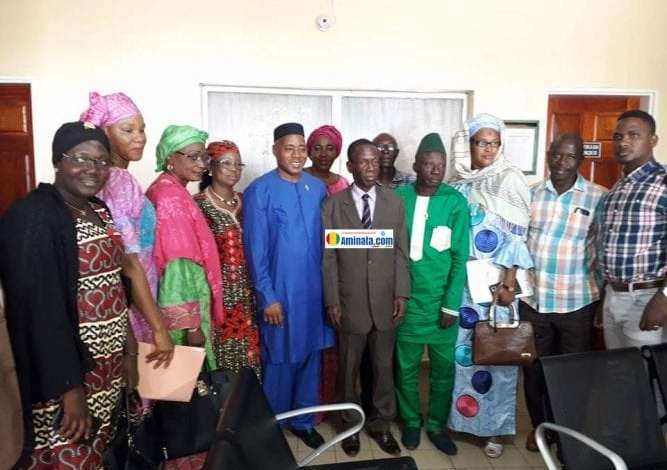 Des députés et leurs assistants en photo de famille avec le nouveau ministre de la santé