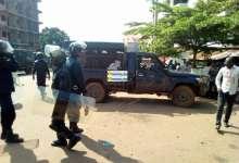 Des policiers regroupés pour disperser des manifestants