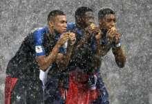 Kylian Mbappe (à g.), Ousmane Dembele (au centre) et Presnel Kimpembe (à dte) célèbrent la victoire de la France au Mondial 2018 à Moscou le 15 juillet