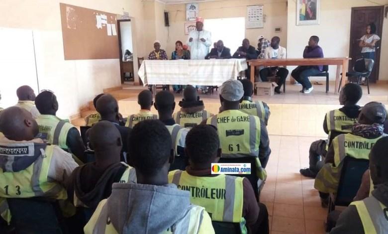 Des délégués des taxis-motos dans l'enceinte de la mairie de Labé