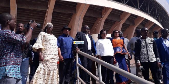 Un groupe de députés en compagnie avec Antonio Souaré en visite du stade de Nongo