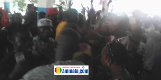 Des jeunes manifestent au siège de l'UFR