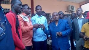 Mouctar Diallo et le maire   Soulayemane en train de remettre les clés d'une moto tricycle pour le ramassage d'ordures