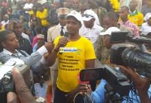 Mouctar Diallo, ministre de la jeunesse portant un t-shirt du RPG arc-en-ciel au stade de Pita