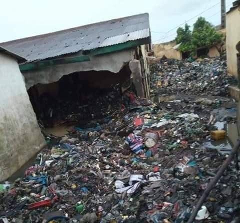 Des tas d'immondices et d'ordures détruisent une maison au quartier Dabondy
