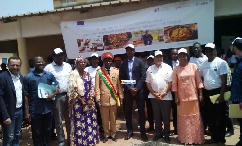 Mouctar Diallo, ministre de la jeunesse entouré des participants de l'atelier sur travaux de rafraîchissement du Centre INTEGRA(Waliyétébè)