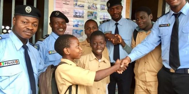 Des policiers référents avec des élèves